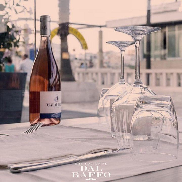È facile rendere qualcuno felice di fronte al mare e ad una bottiglia di vino 🍷