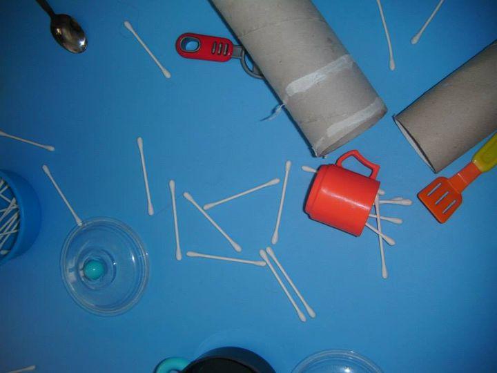L'attività che oggi la nostra amica Lalla ci ha portato ha previsto l'uso dei cotton fioc. i bambini hanno guardato, esplorato e sperimentato questi bastoncini con molta curoisità. Chissà cosa ha in serbo Lalla per i nostri bimbi!!