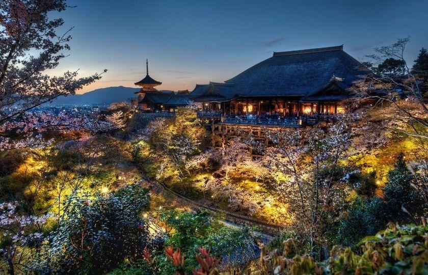 E con questa foto notturna del Kiyomizu - dera (tempio dell'acqua pura) di Kyoto, il Sui Generis vi augura una buona notte 💫