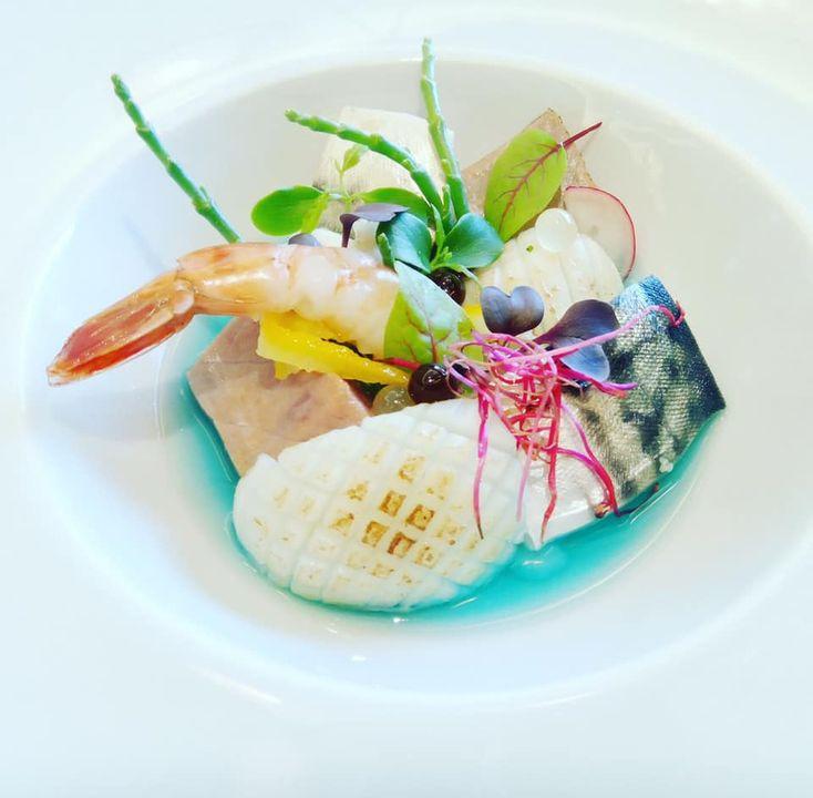"""Buon week end dal Sui Generis 🇯🇵 Oggi vi presentiamo un'altra specialità gourmet del nostro chef: """"Il pesce nel suo mare"""" Insalata di mare con 3 cotture di pesce alla giapponese (vapore, teppan e aburi) su brodo di pesce al blue curacao e sake .  Vi aspettiamo!"""