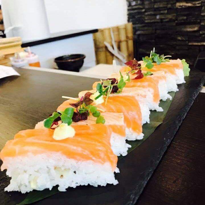 """Buongiorno a tutti voi dal Sui Generis  Oggi vi raccontiamo in """"pillole"""" Il Galateo del Sushi !🍣 🥢 👨🍳   ✔️ Il sushi si può mangiare con le mani (vale per il nigiri, non per il sashimi) e in un sol boccone   ✔️ Una volta usate, le bacchette vanno riposte sul tavolo, sul loro supporto e non lasciate nel piatto   ✔️ Intingere il sushi nella soia, senza farlo sfaldare è un'arte: il segreto è immergerlo poco per volta e dalla parte del pesce, in modo da non ungere il riso  ✔️ Il Wasabi non va mai mischiato alla soia: è un' abitudine occidentale, ma la delicata cucina giapponese non apprezza i mix"""