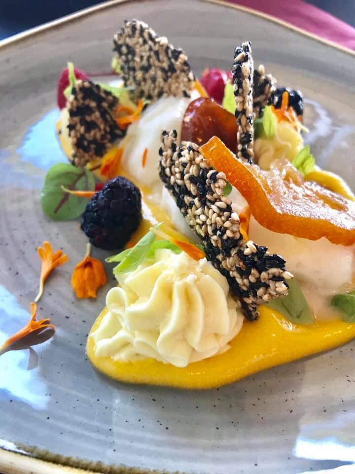 Ecco uno dei nostri dolci gourmet 😋 Spuma di mango, cremoso cioccolato bianco e yuzu, sorbetto allo yuzu, croccante al sesamo e basilico fresco.  Vi aspettiamo!