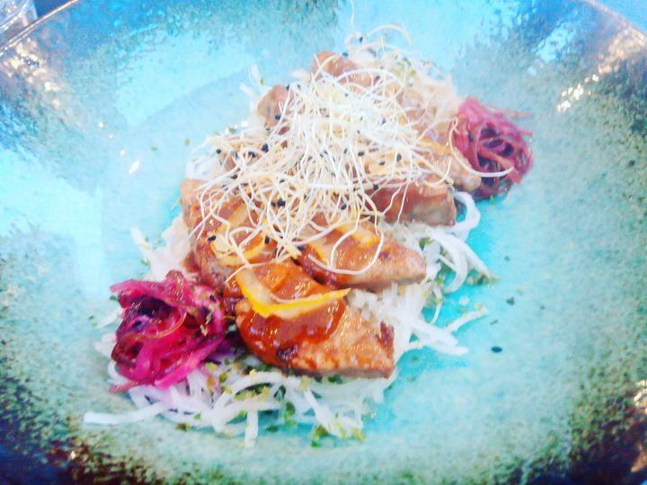 Fegato di rana pescatrice , condito con yuzu e gelatina di ponzu , germogli di porro su insalata croccante di daikon