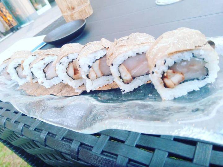 Buon venerdì dal Sui Generis ☀️🇯🇵 Oggi vi presentiamo una delle nostre specialità gourmet della cucina tradizionale giapponese:  Uramaki di pesce spada, porcini freschi alla griglia e tartufo nero !  Vi aspettiamo!