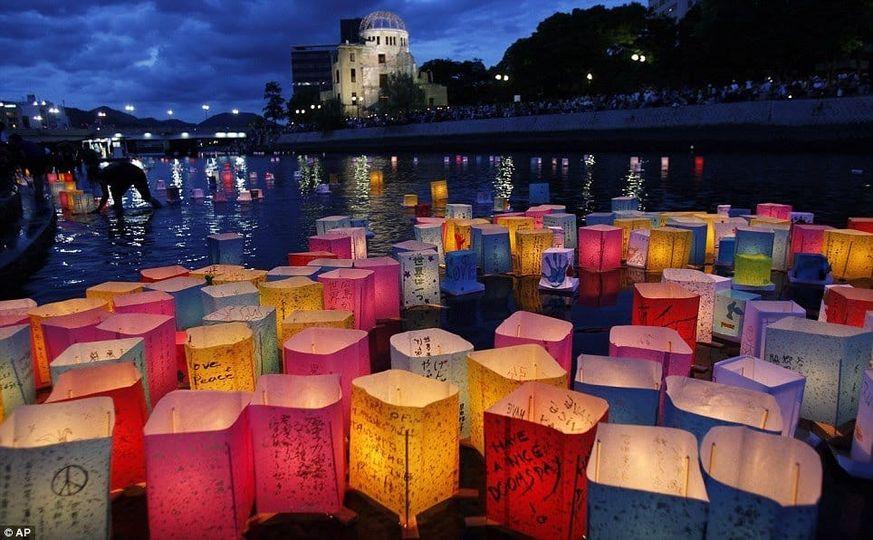Ferragosto in Giappone... Anguria e gavettoni di acqua e soprattutto Flusso delle lanterne... Buon ferragosto dallo staff Sui Generis... Vi aspettiamo questa sera !!!