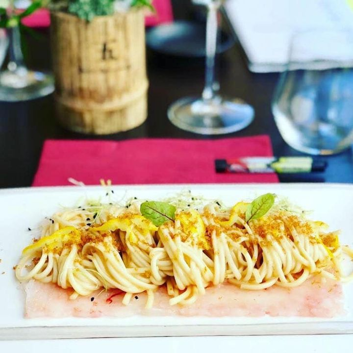 Buongiorno ☀️ dal Sui Generis  Vi aspettiamo per assaggiare i nostri piatti di cucina tradizionale giapponese e gourmet 🇯🇵! Udon su fazzoletto di crostacei, zeste di yuzu e bottarga di ricciola locale artigianale.  🍜🦞🥟🍢🍣🍤🍥