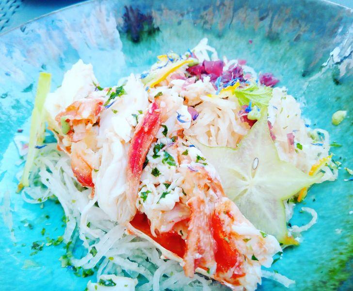 Insalata di King Crab , con daikon , shiso , zest di yuzu e gelatina di champagne e lamponi