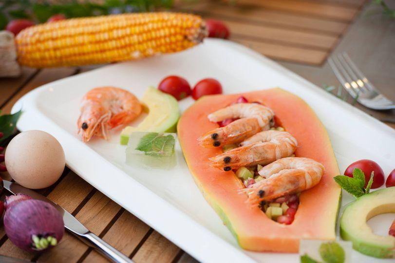 Gamberi su guacamole di avocado e papaya