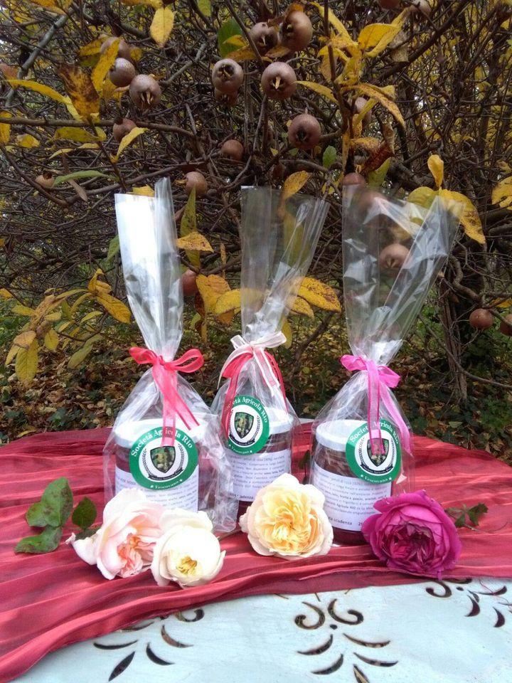Marmellata di rose in tre varianti mix di rose multicolori dall'aroma fruttato,  rose rosse dal sapore intenso e aromatico,  rosa e mela, il più dolce.