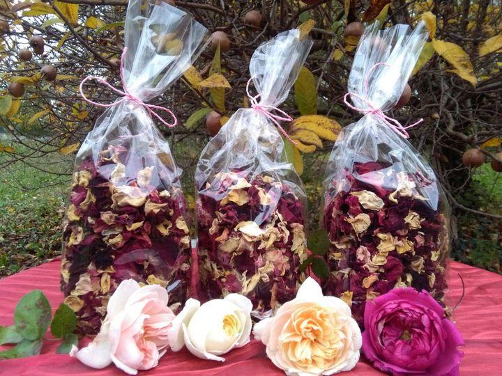 Petali essicati di rosa, per tisane, decorare dolci oppure semplicemente per profumare i cassetti.