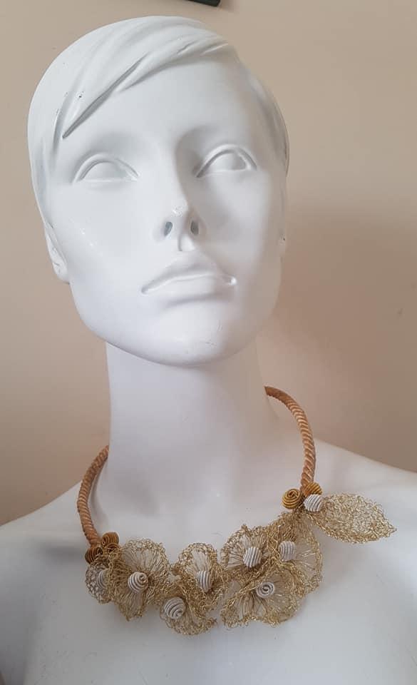 collana corta in filo metallico