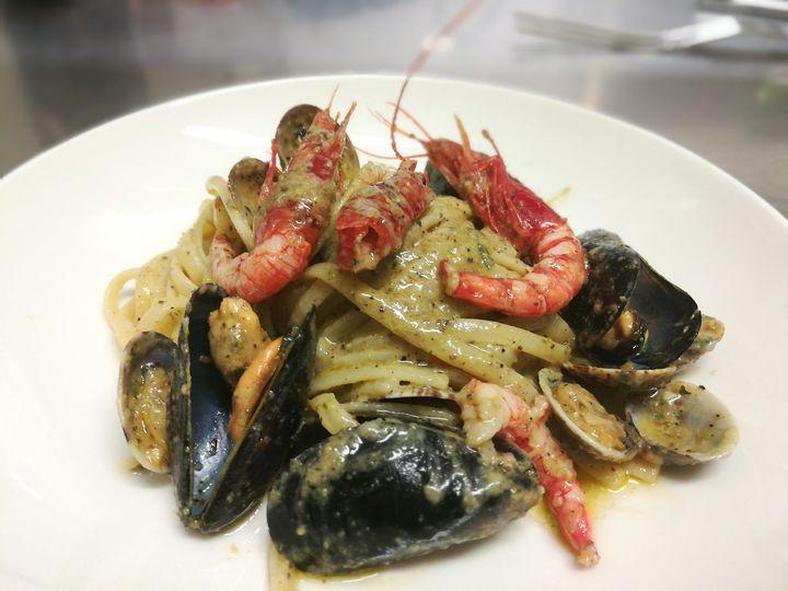 Linguine di Gragnano,vongole, cozze,gamberi rossi di Mazara e pesto di pistacchio di Bronte......
