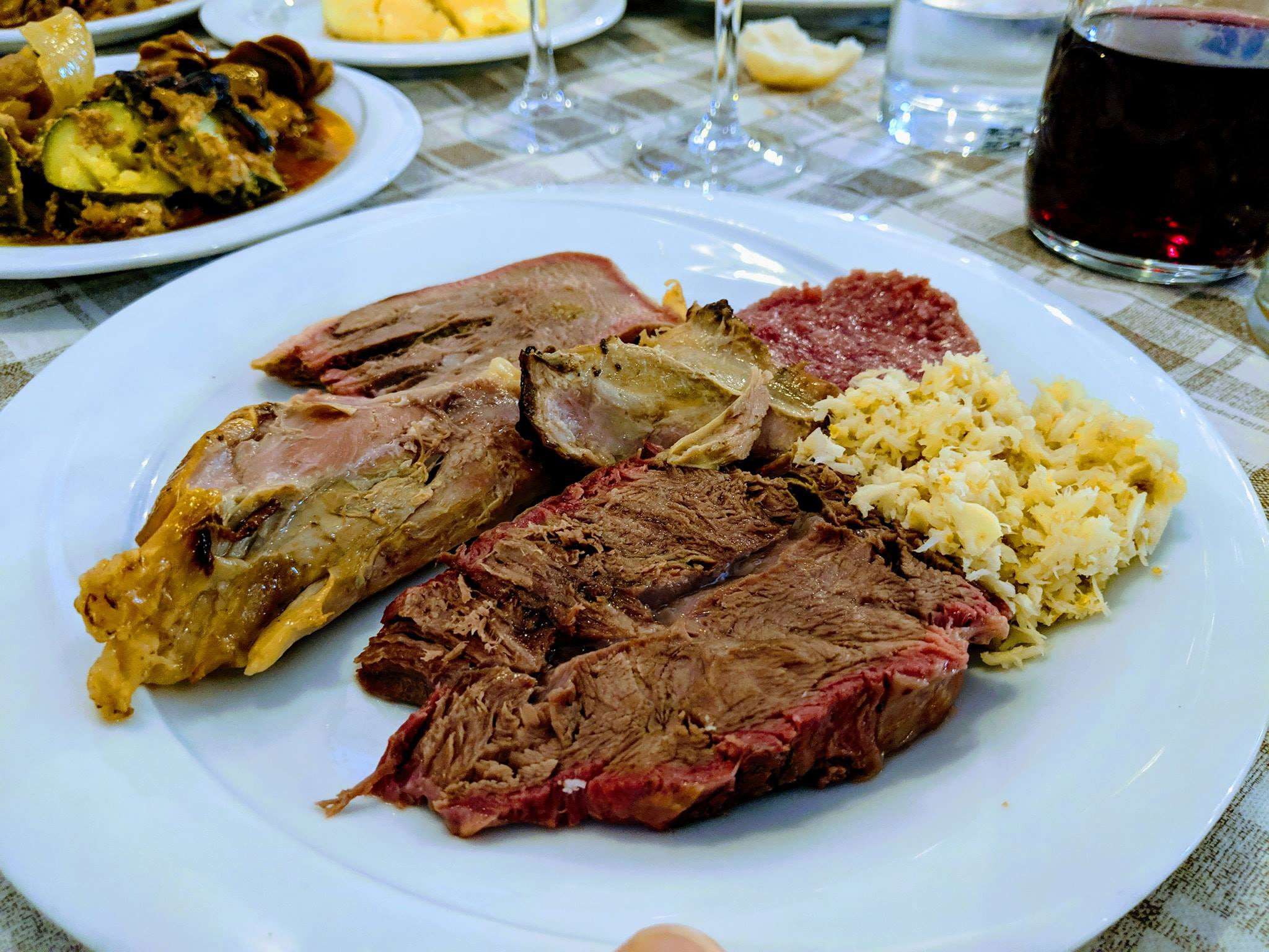 Immagine che contiene piatto, cibo, tavolo, biancoDescrizione generata automaticamente