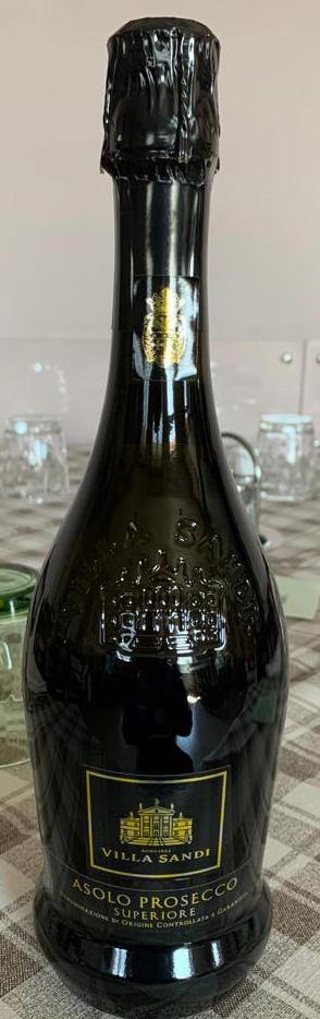 Immagine che contiene vino, bottiglia, tavolo, interniDescrizione generata automaticamente